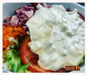 Ensalada verde con lacón y salsa tártara