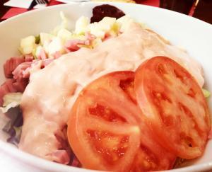 Ensalada de york con queso y salsa rosa