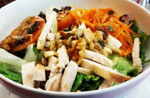 Ensalada verde con pollo y vinagreta de frutos secos