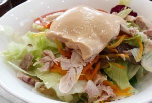 Ensalada verde con pollo y salsa rosa