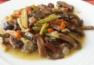 Salteado de verduras con setas y jamón