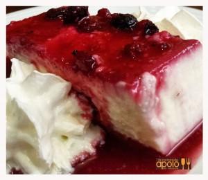 Pastel casero de quesos con frutos rojos